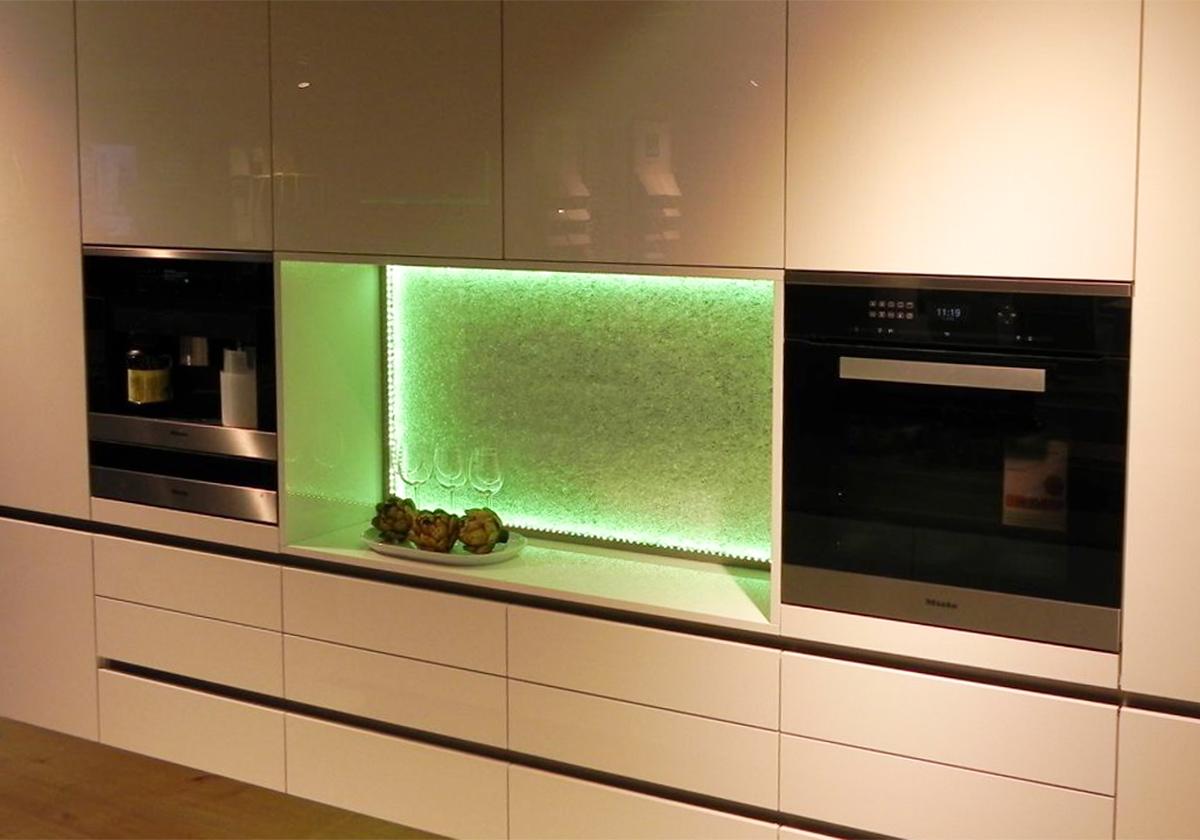 Küchenrückwand: LED-Licht - dimmen & Farben wechseln - GLASZONE